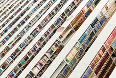 Rader av böcker i ett offentligt bibliotek Arkivbild