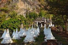 Rader av beaiful vita stupas på vägen till den gamla buddisten mona Arkivfoto