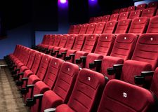 Rader av bioplatser Arkivfoto