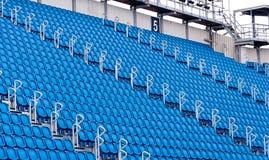Rader av blåa platser i en stadion Fotografering för Bildbyråer