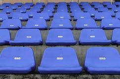Rader av blåa tomma plast-stolar Arkivbilder