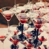 Rader av Champagne Glasses med färgcoctailar Royaltyfria Bilder