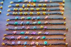 Rader av den guld- armbandkedjan med gulliga hängear som är till salu i smyckena, shoppar Guld- handgjorda halsbandkedjor ställde Arkivfoto