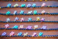 Rader av den guld- armbandkedjan med gulliga hängear som är till salu i smyckena, shoppar Guld- handgjorda halsbandkedjor ställde Royaltyfria Foton