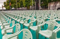 Rader av den utomhus- berömhändelsen för gröna plast- stolar Royaltyfria Bilder