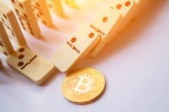 Rader av domino med bitcoin arkivfoto