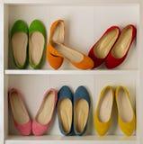 Rader av färgrik kvinna` s skor balettskor i garderoben Royaltyfria Foton