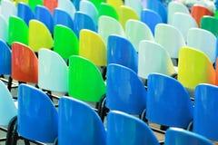 Rader av färgrika plast- stolar Royaltyfri Fotografi