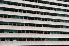 Rader av fönster i konkret fasadkontorsbyggnad Arkivbild