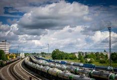 Rader av fossila bränslenvagnar på ett drevspår royaltyfria bilder