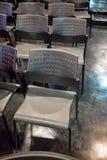 Rader av grå plast- stol med rostfritt stålmetall lägger benen på ryggen arran royaltyfri fotografi