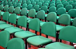 Rader av gröna stolar i en Hall Arkivbild