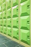 Rader av gröna studentskåp i korridor av skola arkivbilder