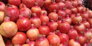 Rader av granatäpplen i supermarket Royaltyfri Bild