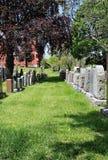 Rader av gravstenar i lantlig kyrkogård Royaltyfri Bild