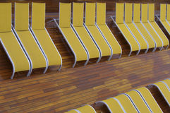 Rader av gul deckchair Arkivbilder