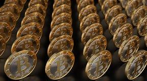 Rader av guld- Bitcoins på den glansiga svarta tunnelbanan Royaltyfri Bild