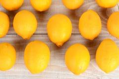 Rader av hela citroner Fotografering för Bildbyråer