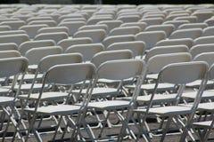 Rader av hopfällbara vita stolar Royaltyfria Foton