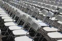 Rader av hopfällbara vita stolar Fotografering för Bildbyråer