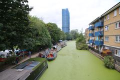 Rader av husbåtar och smala fartyg på kanalbankerna royaltyfria bilder