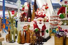Rader av julleksaker i en supermarket Siam Paragon i Bangkok, Thailand. Arkivbild