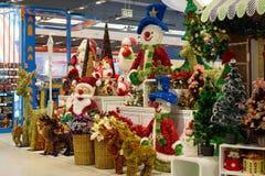 Rader av julleksaker i supermarket Siam Paragon, Bangkok, Thailand Royaltyfria Foton