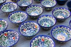 Rader av koppar med den traditionella uzbekistan prydnaden, Bukhara, Uzbe Arkivfoton