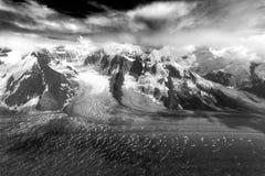 Rader av korkade berg för alaskabo snö, bergblast, glaciärer och isflöden bildar den unika modellen Royaltyfri Foto