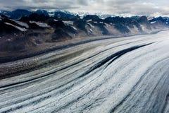 Rader av korkade berg för alaskabo snö, klar bergblast, glaciärer och isflöden bildar den unika modellen Royaltyfri Foto