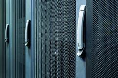 Rader av kuggen för serveren för servermaskinvaruasken i kommunikationer för nätverk för datorhallserverrum samla i en klunga, de Royaltyfri Bild