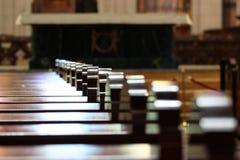 Rader av kyrkliga bänkar Solljusreflexion på polerade träkyrkbänkar Fotografering för Bildbyråer