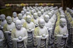 Rader av liknande japanJizo skulpturer Royaltyfri Fotografi