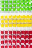 Rader av ljus färg presiderar ordnat i mötesrum som är klar till si royaltyfri fotografi