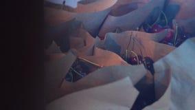 Rader av ljust - bruna pappers- kottar som är fulla av nya saftiga röda bär på handelmässan lager videofilmer