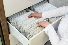 Rader av mappar i ett medicinskt kontor royaltyfri bild