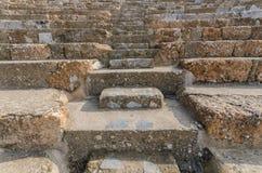 Rader av marmorstenplatser på gammalgrekiskateatern på Ephesus Arkivfoton