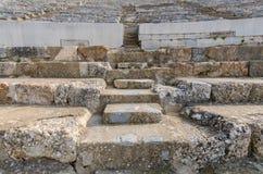 Rader av marmorstenplatser på gammalgrekiskateatern på Ephesus Arkivbild