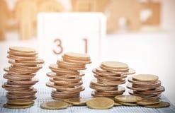Rader av mynt och kontoboken Royaltyfri Fotografi