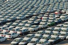 Rader av nya bilar Arkivfoton