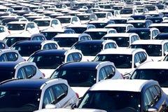 Rader av nya bilar Arkivfoto