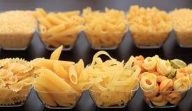 Rader av olika former av pasta Arkivfoton