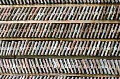 Rader av ordnade tegelstenar på en wood hylla. Royaltyfri Bild