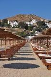 Rader av paraplyer på mykonos sätter på land, den grekiska ön Fotografering för Bildbyråer