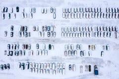 Rader av parkerade bilar som täckas med snö parkeringsplats med vakanta p arkivfoto