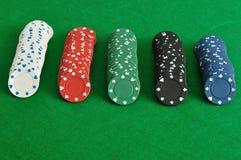 Rader av pokerchiper Arkivbild