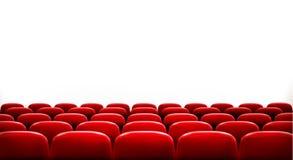 Rader av röda bio- eller teaterplatser Arkivbild
