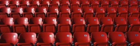 Rader av röda stadionplatser Royaltyfri Fotografi
