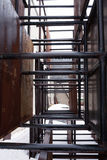 Rader av rostiga metallstrukturer Royaltyfri Bild