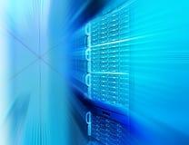 Rader av servermaskinvara i datorhallen arkivbilder